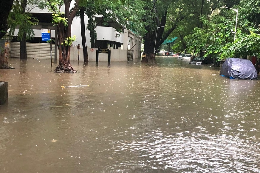 मुंबईत रात्रभर अनेक भागात मुसळधार पाऊस सुरू आहे. तर आजही मुंबई, ठाणे, पालघर, रायगड, रत्नागिरीत आज अनेक भागात मुसळधार पावसाचा अंदाज कुलाबा वेधशाळेन वर्तविला आहे.