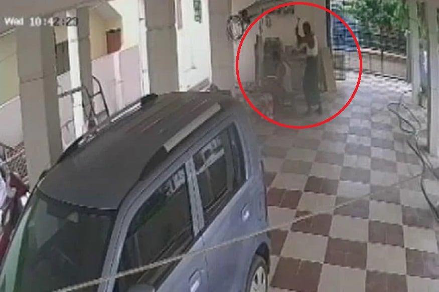 बापानं आपल्याच मुलाच्या डोक्याचे हातोड्यानं केले दोन तुकडे, CCTV मध्ये कैद झाला हत्येचा थरार