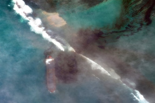 एक अपघात अन् अख्ख्या समुद्राचं पाणी झालं काळं! 'या' देशानं जाहीर केली आणीबाणी, पाहा VIDEO