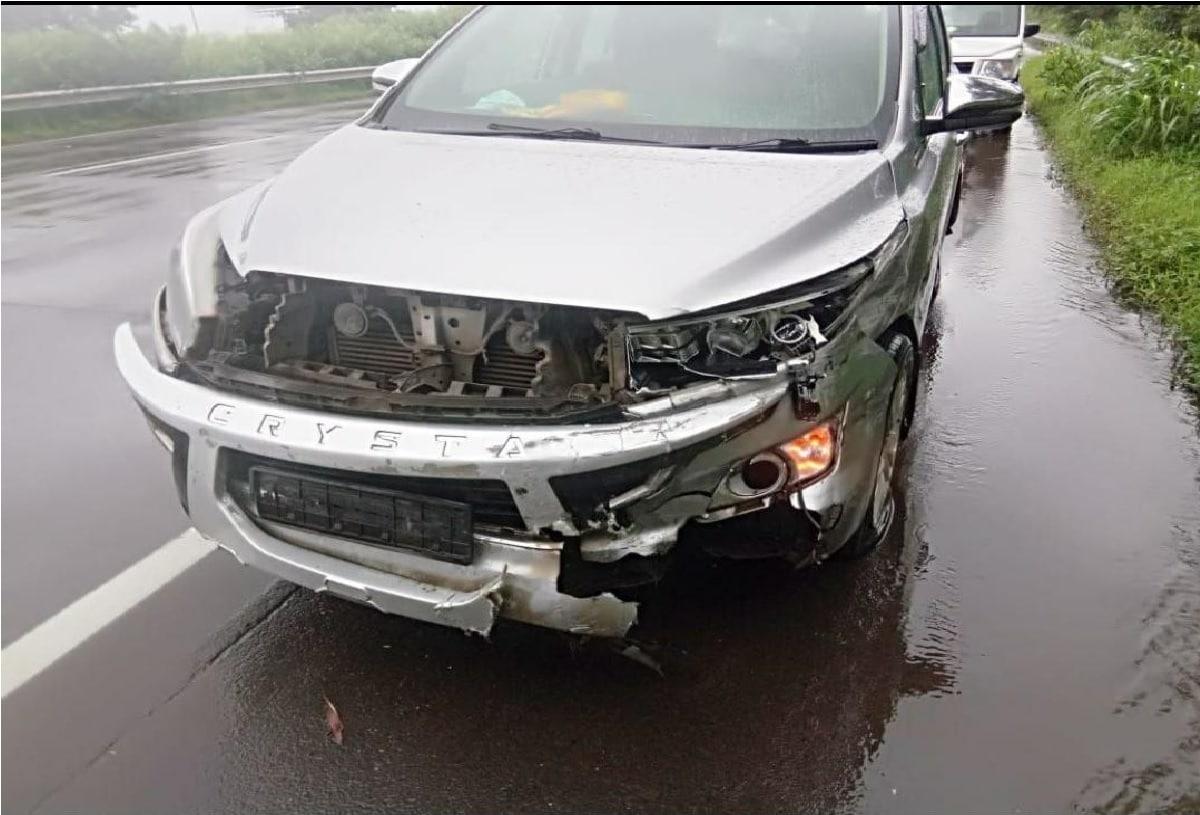 या अपघातामध्ये गाडीचं नुकसान झालं असल्याचं सांगण्यात आलं आहे.