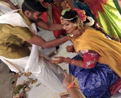 आंध्र प्रदेशचा फलंदाज के भरतनं सोशल मीडियावर फोटो शेअर करत लग्नबंधनात अडकल्याची माहिती दिली. भरतनं 10 वर्ष रिलेशनशिपमध्ये असलेल्या अंजलीसोबत 5 ऑगस्ट रोजी लग्न केले.