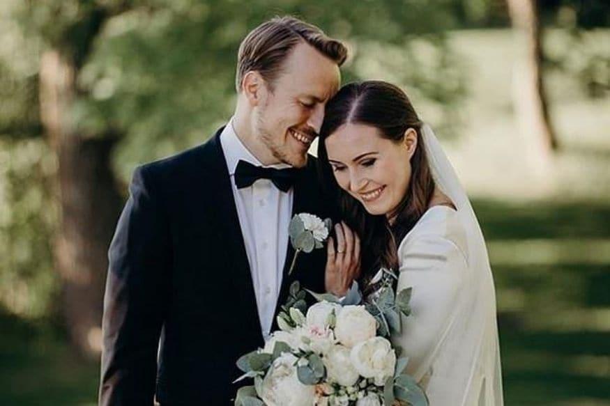 फिनलंडच्या पंतप्रधान साना मरिन (Sanna Marin)यांनी 16 वर्षं रिलेशनशिपमध्ये राहिल्यांतर आपला मित्र मार्कस रायक्कोनेन (Markus Raikkonen)यांच्याशी लग्न केलं.