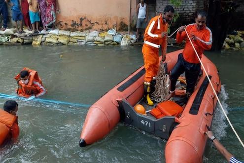 मुंबईत नाल्यात 2 घरं कोसळली, दीड वर्षाच्या मुलीचा मृतदेह सापडला, दोघी बेपत्ता