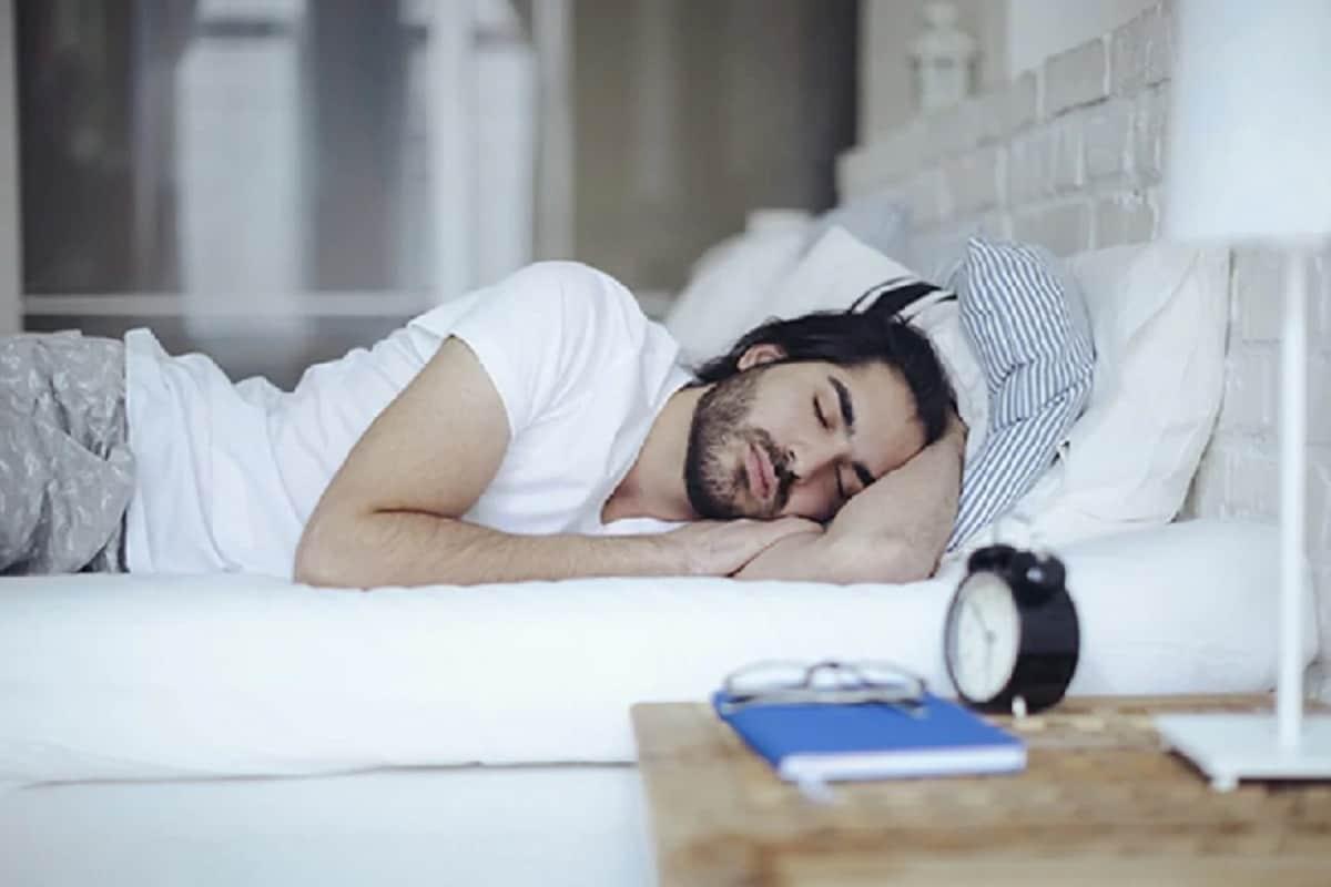जेवल्यावरलगेच झोपल्याने पोटातील अन्नाचं नीट पचन होत नाही.यामुळे शरीरात एक विशिष्ठ प्रकारचं आम्ल तयार होतं आणि ते छातीत जातं. यामुळे अनेक वेळा आंबट ढेकरही येतात. अन्नाचंनीट पचन न झाल्यास अनेक आजारबळावू शकतात