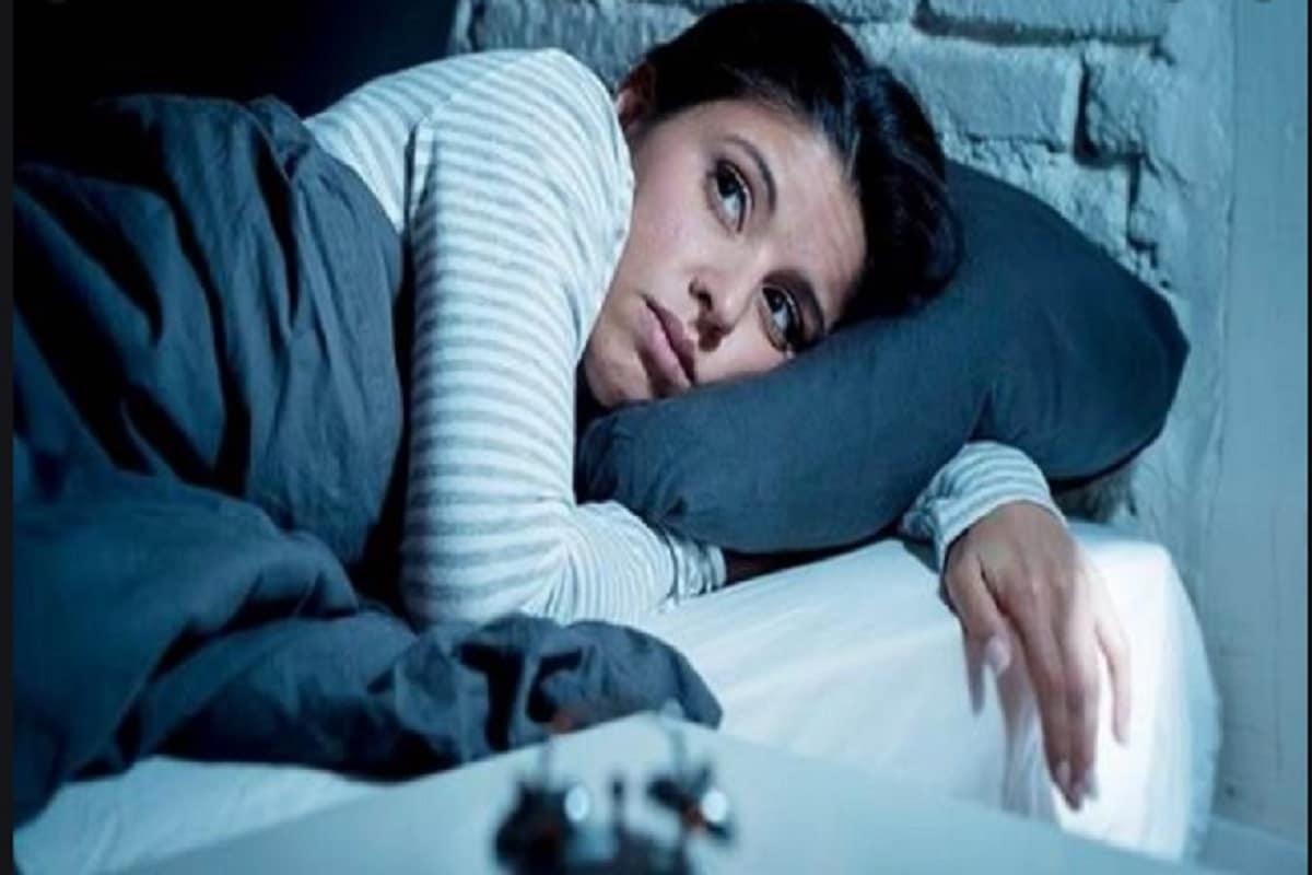 झोपेच्या आधी काय करावे- एका संशोधनाच्या अनुषंगाने रात्री झोपण्यापूर्वी हात आणि पाय ग्लोज आणि सॉक्सने कव्हर करणे आरोग्यासाठी चांगले आहे. झोपेचा दर्जा सुधारण्यासाठी ही कृती अतिशय फायदेशीर मानली जाते.