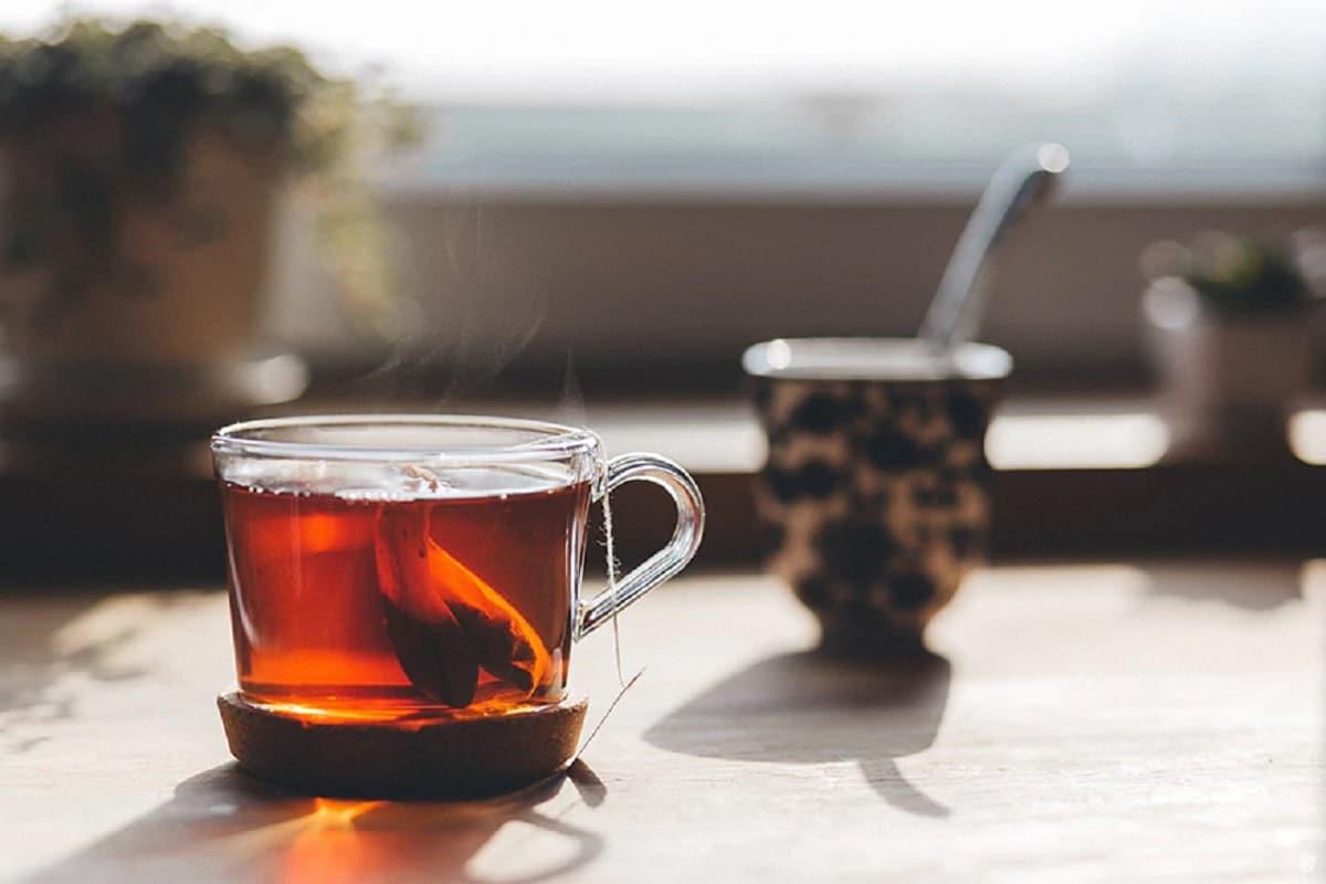 अनेकांना गरमागरम चहा प्यायला आवडतो, मात्र त्याचे दुष्परिणामही होतात. गरम चहामुळे जीभ आणि घसा तर भाजतोच मात्र तज्ज्ञांच्या मते, चहा किंवा कोणतंही पेय गरम प्यायल्यानं तोंड, घसा, पोट, अन्ननलिका यांचे कॅन्सर उद्भवण्याची शक्यता असते.