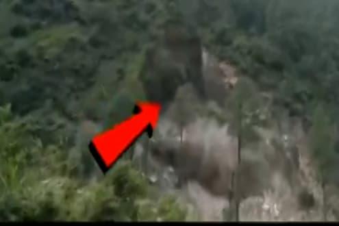 मुसळधार पावसामुळे एका क्षणांत डोंगर कोसळला, पाहा LIVE VIDEO