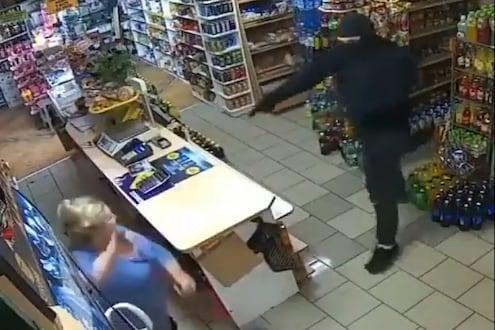 चोरनं दाखवली बंदूक, महिलेनं लादी पुसायच्या मॉबनं धू-धू धुतलं, VIDEO VIRAL