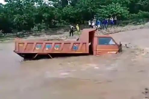 नदीत अडकला वाळू नेणारा ट्रक, पुढे काय झालं पाहा VIDEO