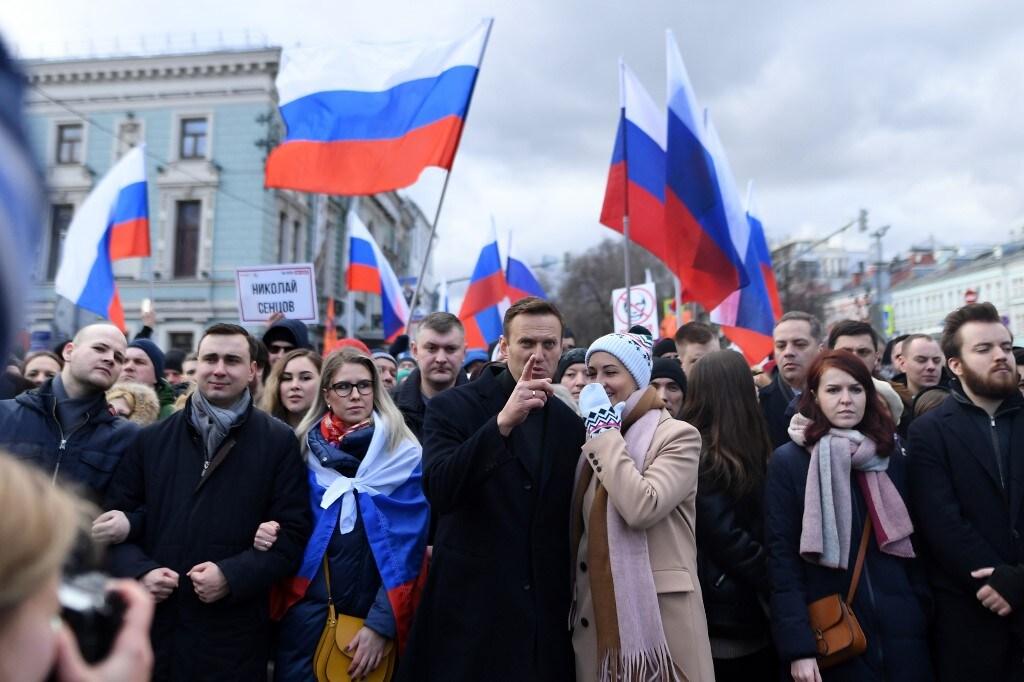 रशियाने मात्र अशा विषाचा कट फेटाळला आहे. 44 वर्षीय अलेक्सी नवेलनी राष्ट्रपति व्लादिमीर पुतिनच्या विरोधकांपैकी एक आहे. त्यांना 2011 मध्ये अटक करण्यात आली होती. आणि 15 दिवस तुरुंगात पाठविण्यात आले होते. नवेलनीने पुतिनच्या पक्षावर संसदीय निवडणुकीच्यादरम्यान मतदारांनात गोंधळ घालण्याचा आरोप लावला होता आणि आंदोलनही केले होते, ज्यानंतर त्यांना ताब्यात घेण्यात आले होते. (फोटो- AFP)