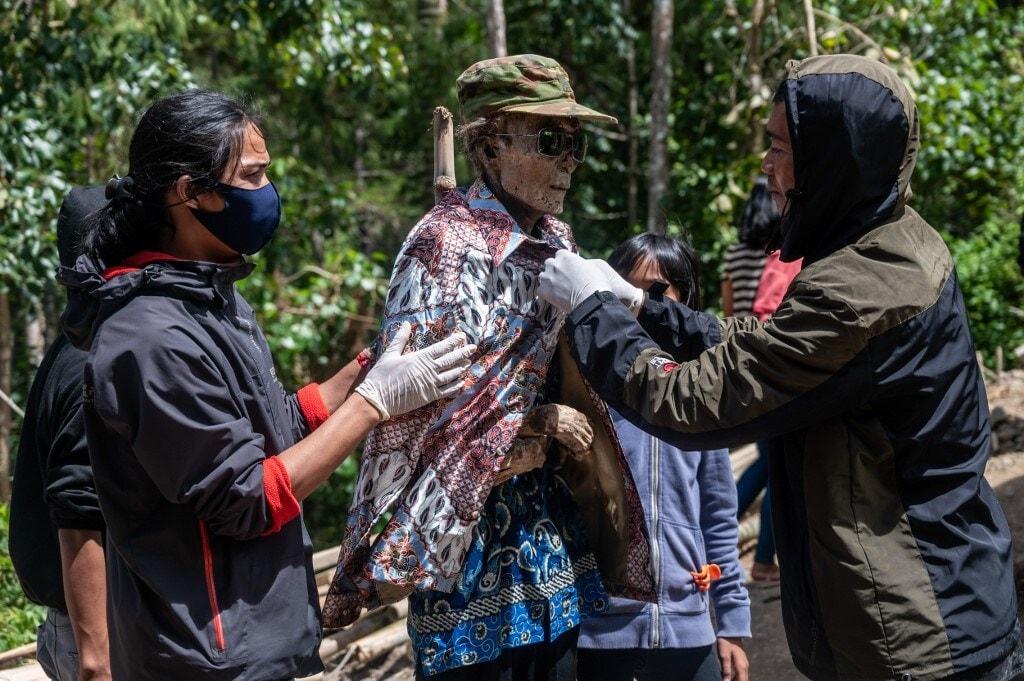 AFPनं दिलेल्या वृत्तानुसार ऑगस्ट महिन्याच्या अखेरीस इंडोनेशियामध्ये हा उत्सव साजरा करण्यात आला. यावेळी लोकांनी आपल्या परिवारातील मृत व्यक्तींचे मृतदेह आणून त्यांना छान कपडे, जेवण-नाश्ता आणि इतर पेयांचीही सोय केली होती. टोराजा संप्रदायाचे लोक आपल्यासोबत मृतदेह सांभाळून ठेवतात. इतकच नाही तर त्यांना जिवंत माणसांसारखं अगदी जपलंही जातं. (फोटो-AFP)