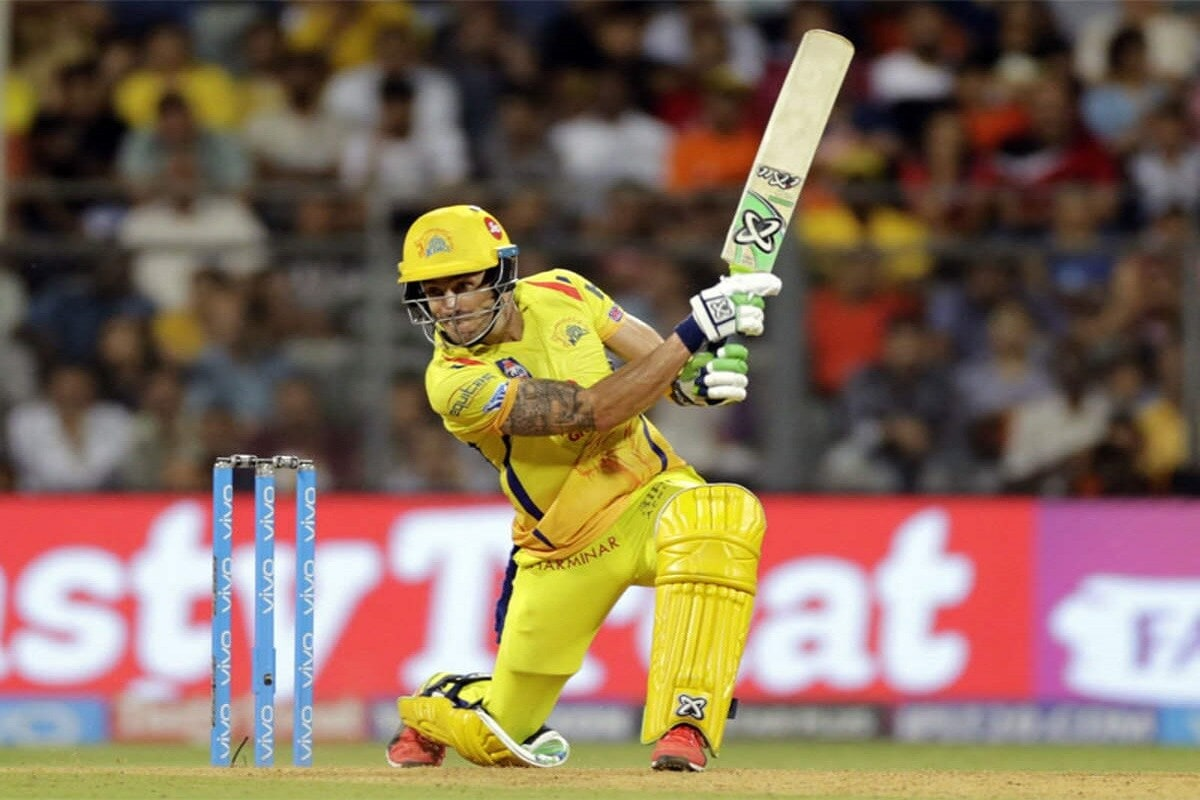 दक्षिण आफ्रिकेचा कर्णधार फाफ डुप्लेसी CSK संघाचा महत्त्वाचा खेळाडू आहे. या खेळाडूनं 36 कसोटी, 39 वनडे आणि  37 टी-20 सामने खेळले आहेत. चेन्नईसाठी 63 सामन्यात 1639 धावा केल्या आहेत. डुप्लेसी हा धोनी प्रमाणाचे शांत स्वभावाचा कर्णधार आहे.