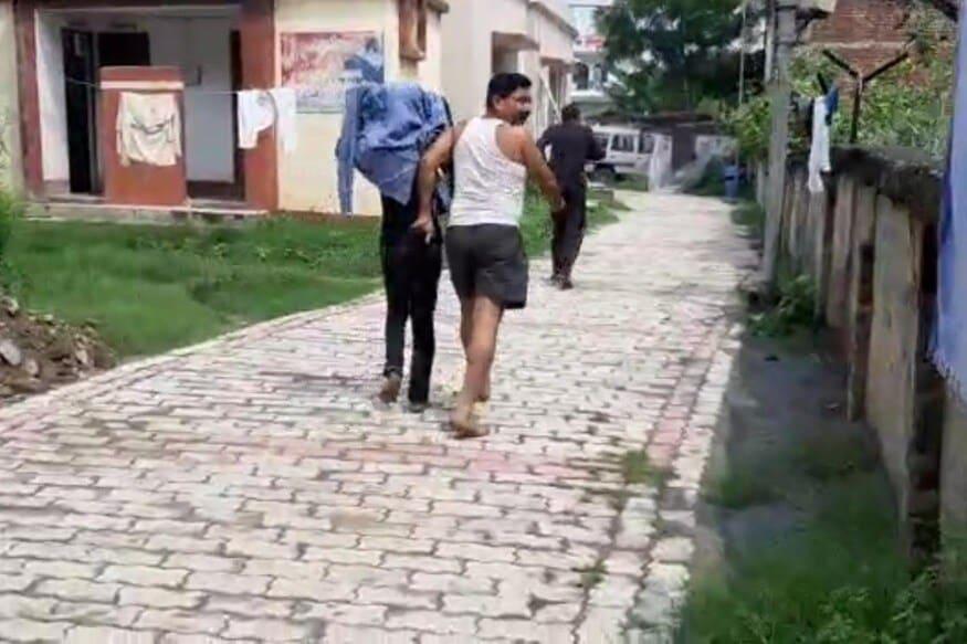 पोलिसांनी सांगितले की, या युवकाला 19 हजार रुपये लुबाडल्याप्रकरणी पोलिसांनी अटक केली. त्यांना कोर्टात घेऊन जात असताना एक आरोपी पळाला. पोलिसांनी पुन्हा आरोपीला पकडले आहे. आता सर्वांना कोर्टात हजर केले जाईल. फोटो: न्यूज 18