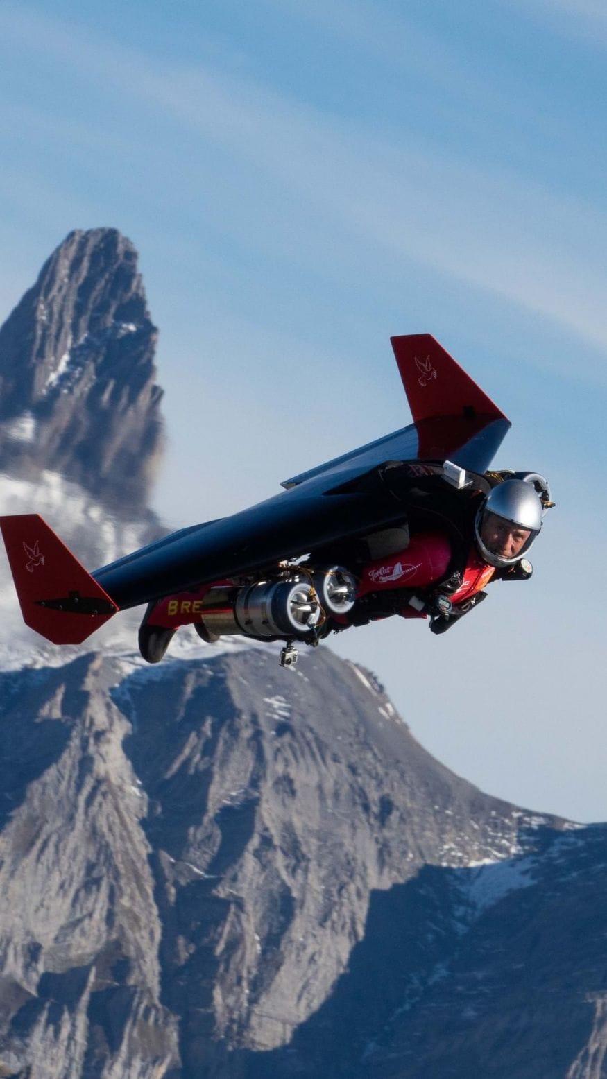 जेटमॅन (Jet-Man) - स्वित्झर्लंडमधील प्रोफेशनल पायलट आणि एरोनॉटिकल इंजिनीअर येवेसरूस्सी (Yves Rossi) हे पहिलेjet-pack-powered flight आहेत. आपण बॅटमॅनपासून प्रेरणा घेतल्याचादावा त्यांनी केला आहे. (फोटो सौजन्य - इन्स्टाग्राम)