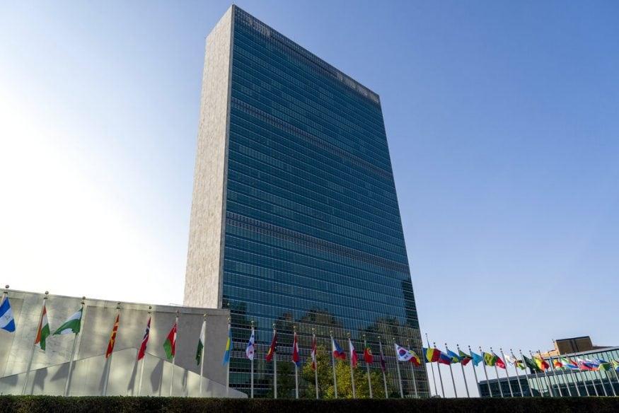 75 व्या सर्वसाधारण सभेवेळी जगभरातील सदस्य राष्ट्रांचे युनायटेड नेशन्सच्या मुख्यालयाबाहेर असलेले झेंडे. या सभेला अधिक महत्त्व आहे कारण covid मुळे निर्माण झालेला अमेरिका-चीन संघर्ष (Image: AP)