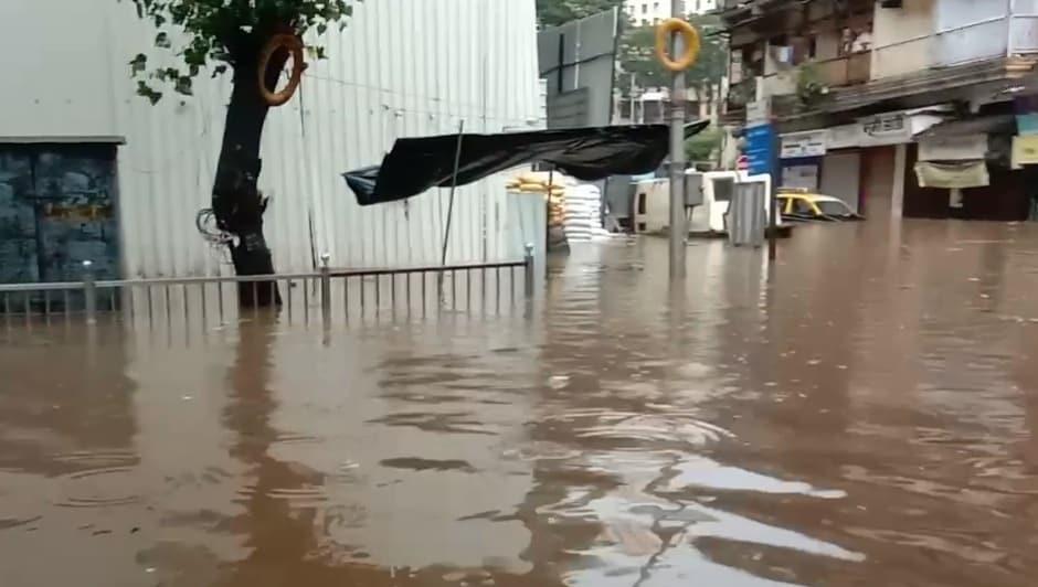 ड्रेनेजच्या क्षमतेपेक्षा कितीतरी जास्त पाऊस पडल्याने पाणी ओव्हर फ्लो झालं आणि रस्त्यांचं रुपांतर नाल्यामध्ये झालं.