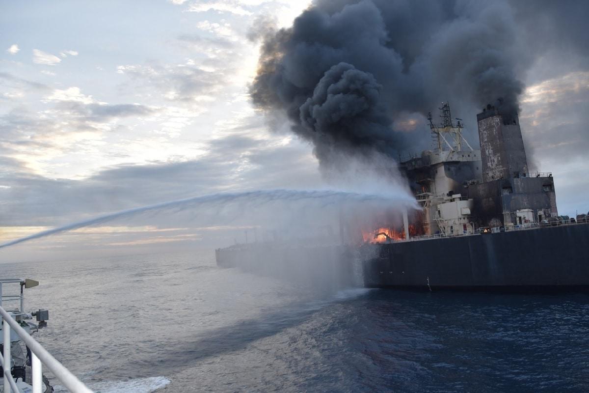 श्रीलंकेच्या पूर्वेकडील सागरी सीमेवर इंडियन ऑइलचा तेलानं भरलेल्या जहाजावर भीषण आग लागली आहे. तिथे एका तेलाचा टँकर फुटल्यामुळे ही दुर्घटना घडली आहे.