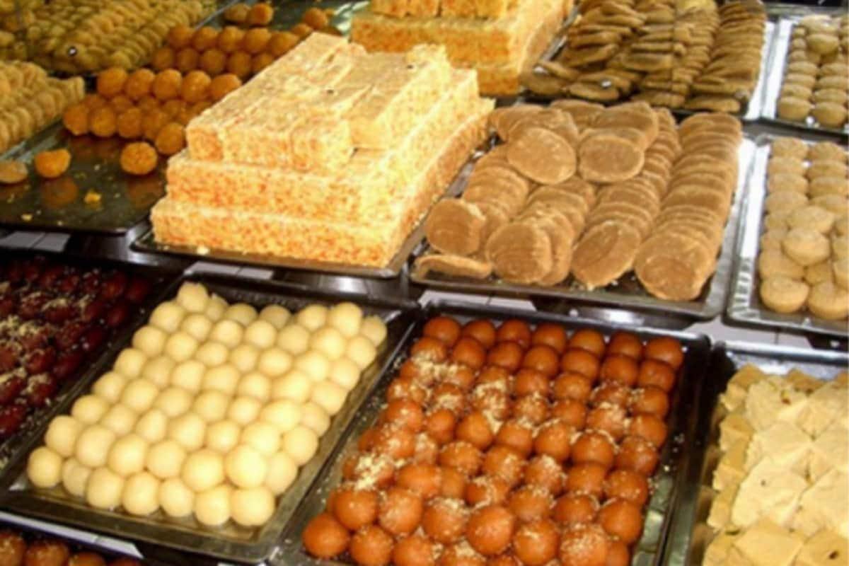मिठाई दुकानात (Sweet Outlets) मिळणाऱ्या पदार्थांची गुणवत्ता, दर्जा सुधारावा, यासाठी केंद्र सरकारनं नवे नियम लागू करण्याचा निर्णय घेतला आहे.  विशेष म्हणजे 1 ऑक्टोबर 2020 पासून देशभरात नवे नियम लागू करण्यात येणार आहेत.