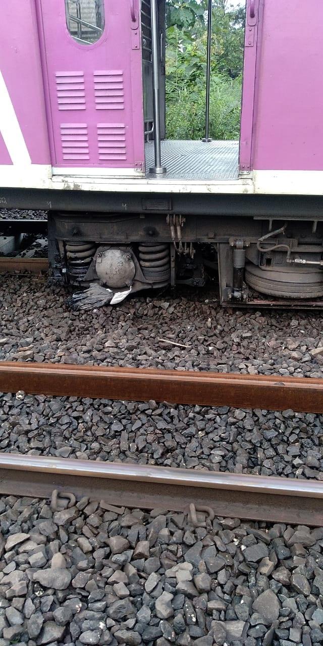 मध्य रेल्वेच्या आटगाव स्टेशनजवळ लोकलचा डबा रुळावरून घसरला आहे. त्यामुळे आसनगाव ते कसारा वाहतूक ठप्प झाली आहे.