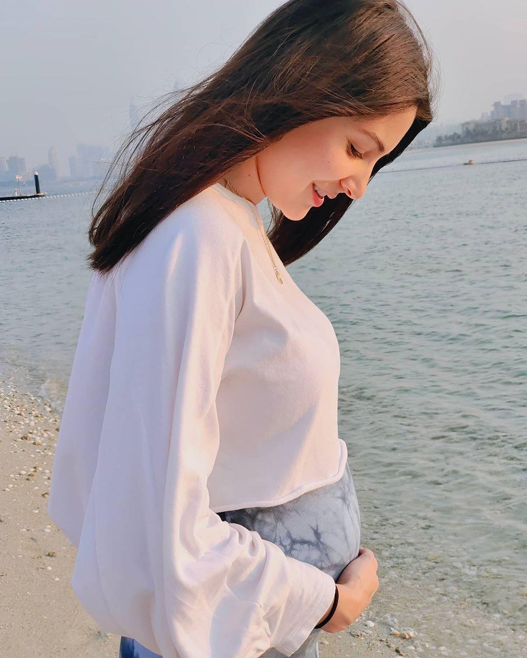 यानंतर अनुष्काने आपला बेबी बंपसह आणखी एक फोटो शेअर केला होता. एका समुद्रकिनाऱ्यावरचा हा फोटोही सुंदर होता.