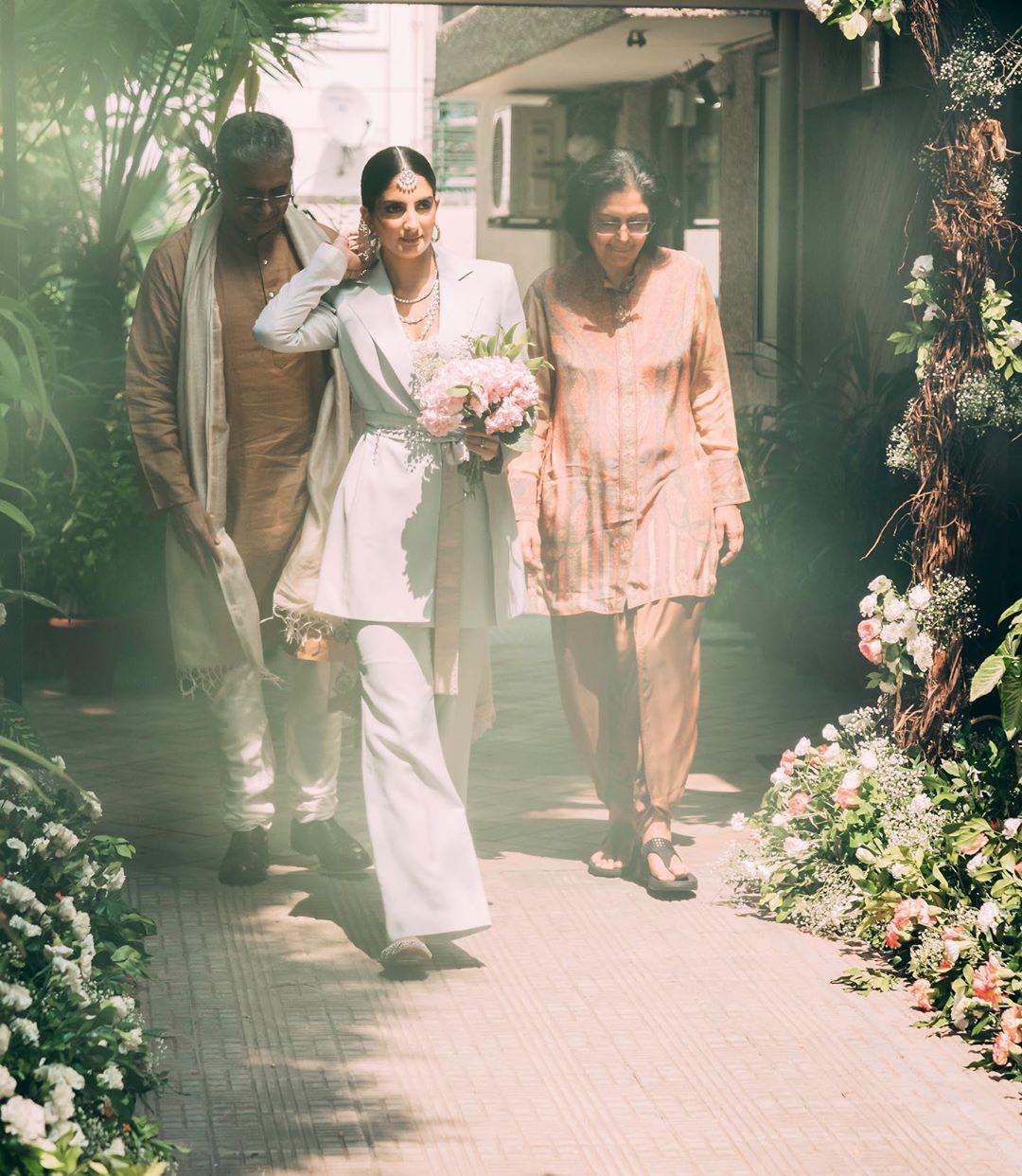 ज्या सुटाबुटात आपण नेहमी नवरदेवाला पाहतो त्या सुटाबुटात चक्क वधू दिसली. संजनाने आपल्या लग्नात ना साडी ना लेहंगा तर सूट घातला.(फोटो सौजन्य - इन्स्टाग्राम)