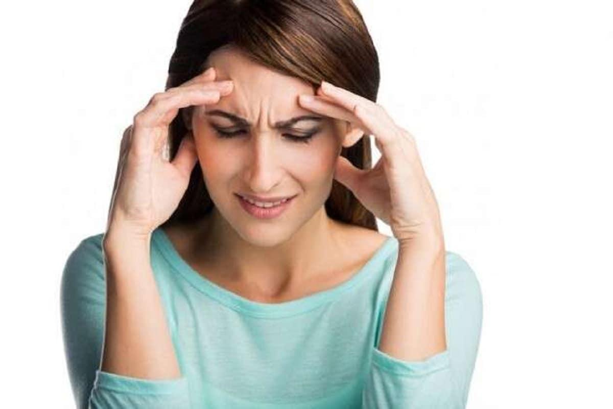 पाळीच्या पहिल्या दिवशी तुम्हालाही डोकेदुखी जाणवत असेल तर याला मासिक पाळीतील मायग्रेन असं म्हणतात. एस्ट्रोजनची पातळी कमी झाल्यामुळे ही समस्या उद्भवते. काही पेनकिलरमुळे ही समस्या थांबते किंवा डॉक्टर एस्ट्रोजनची पातळी नियंत्रित ठेवण्यासाठी गोळ्या देतात.