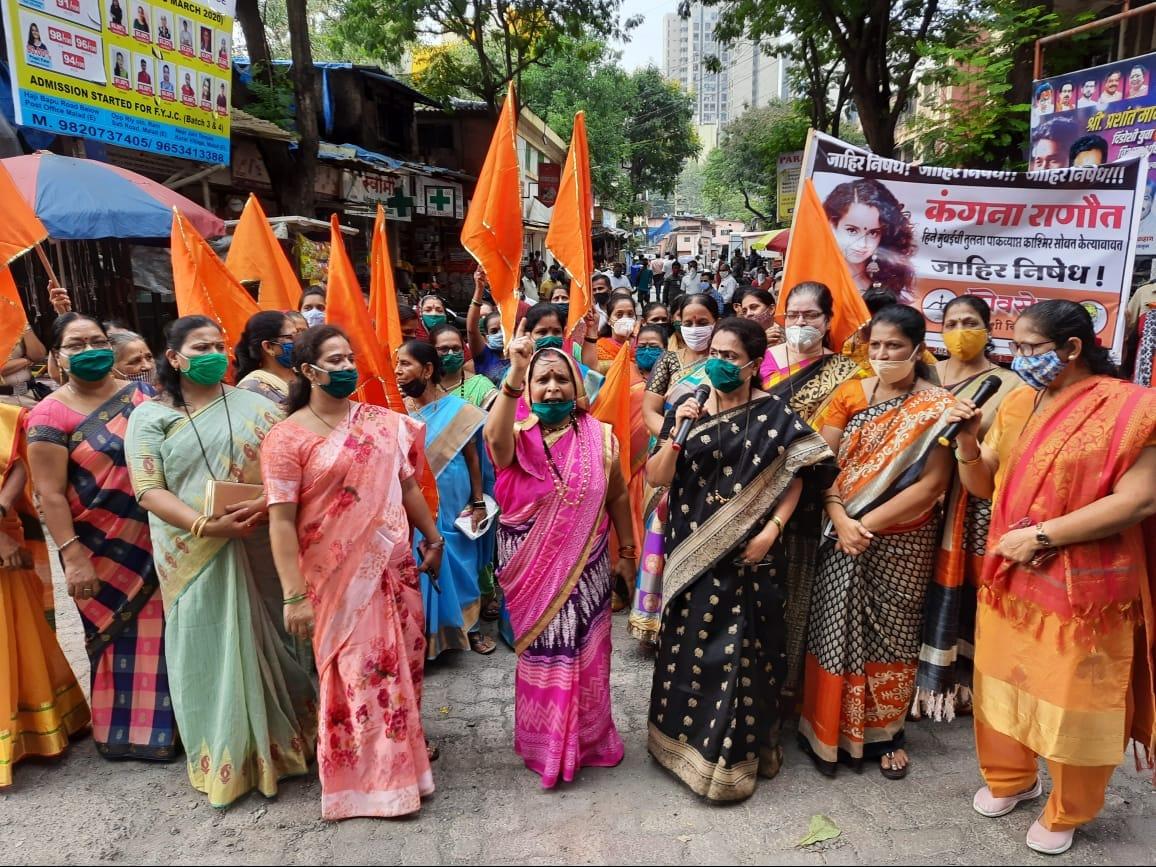 कंगना राणावत हिच्या मुंबई बद्दलच्या ट्वीट विरोधात शिवसेनेच्या महिला आघडीने ठाण्यात कंगणाच्या पोस्टरला काळं फासलं. तिच्या पोस्टरला जोडा मारो आंदोलन केलं आहे. कंगनाला मुंबईत पाय ठेऊ देणार नाही, असा इशारा देखीव यावेळी महिला शिवसैनिकांनी दिला.