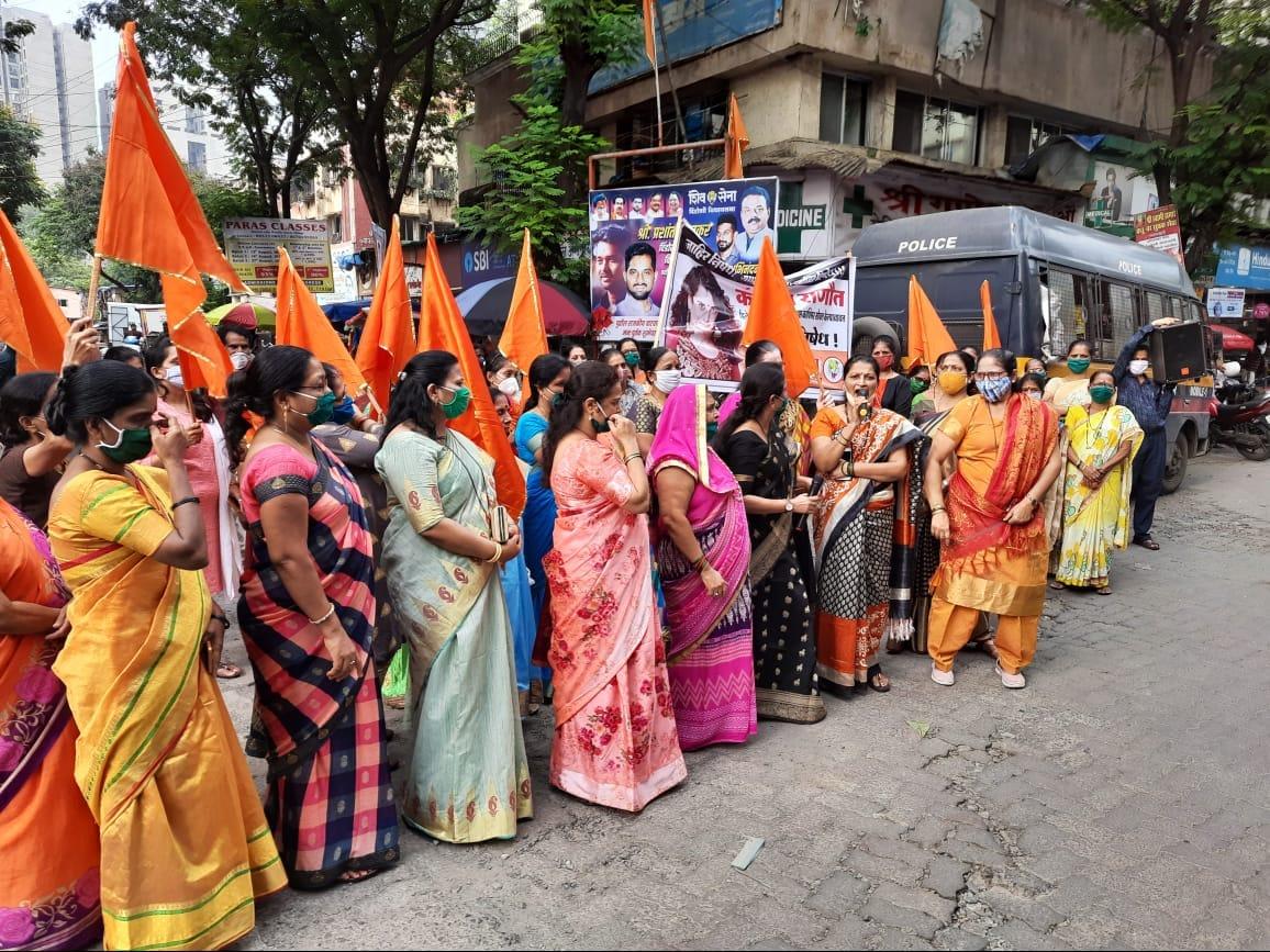 शिवसेना दिंडोशी विधानसभा क्षेत्राच्यावतीने मुंबई पोलिसांवर अविश्वास दाखवणाऱ्या व मुंबईची बदनामी करणाऱ्या अभिनेत्री कंगना रानौतच्या विरोधात आंदोलन करून निषेध केला. तिच्या फोटोला जोडेही मारले.