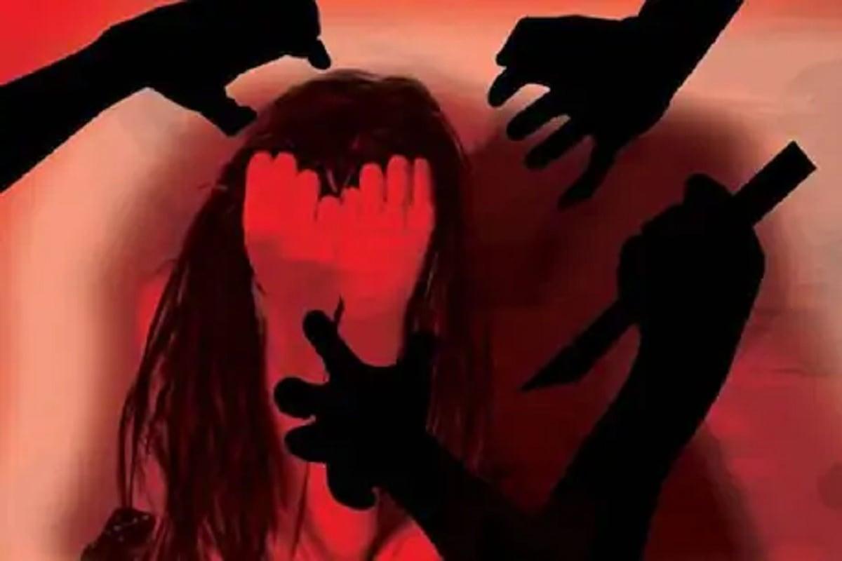 पोलिसांनी दिलेल्या माहितीनुसार तरुण विविध अॅप्सच्या माध्यमातून दोन्ही पत्नींसोबत लाइव्ह सेक्स शो करीत होता. पोलिसांनी त्याला मध्य प्रदेशातील विदिशा येथून अटक केली आहे. त्याच्यावर बलात्काराचा गुन्हा दाखल करण्यात आला आहे.