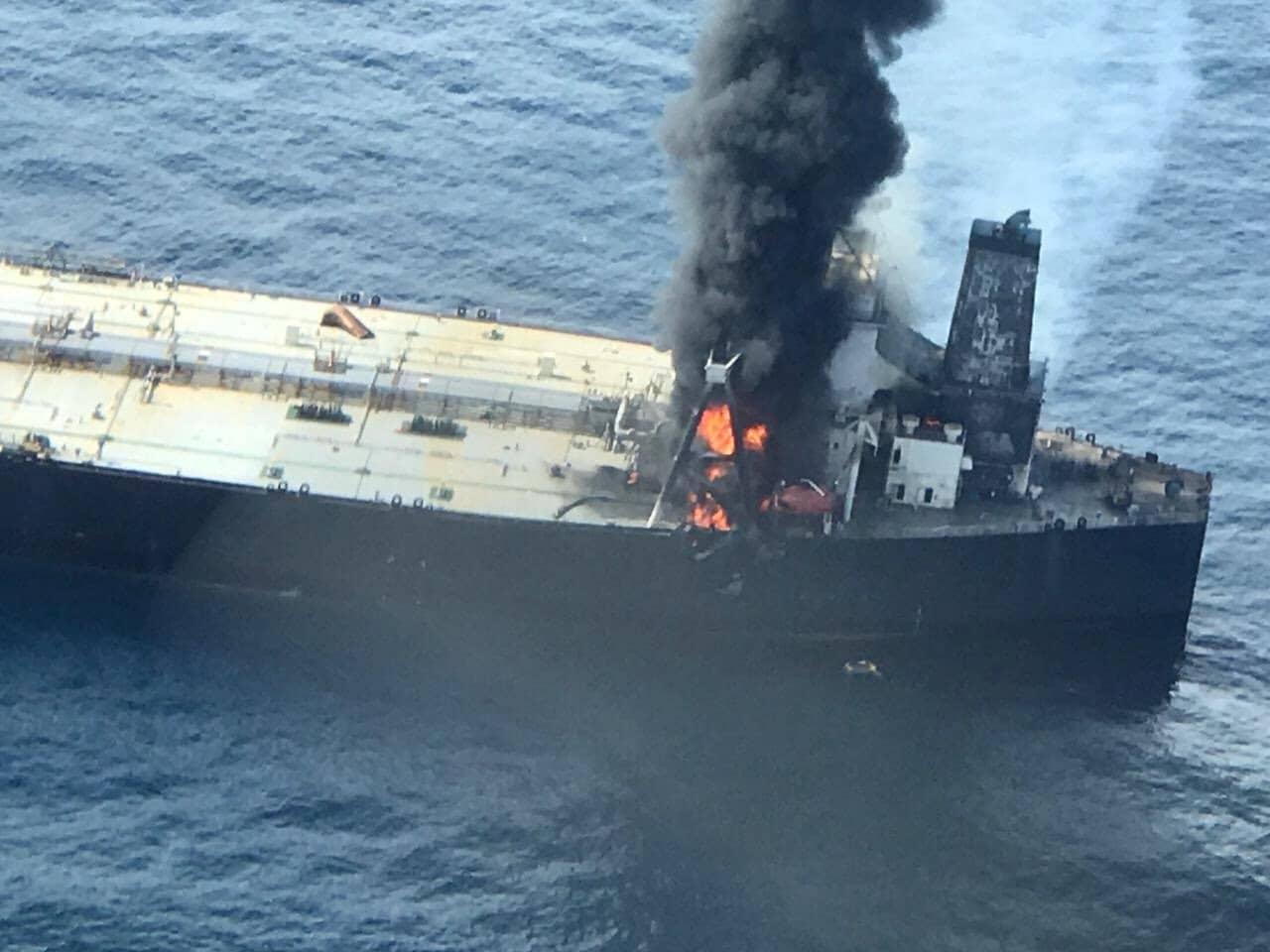 श्रीलंकेच्या MT New Diamond या तेल जहाजावर 3 दिवसांपासून भीषण आग लागली होती. भारतीय नौदलाच्या मदतीने ही आग रविवारी विझवण्यात यश आलं.