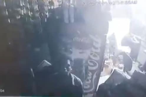 VIDEO : चोर हॉटेलमध्ये शिरला, पोटभर जेवला.. मात्र गल्ल्याला हातही लावला नाही; वास्तव दाखवणारी घटना