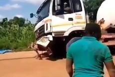 OMG! खड्ड्यात ट्रकला बाहेर काढताना झाली मोठी गडबड, नेमकं काय घडलं पाहा VIDEO