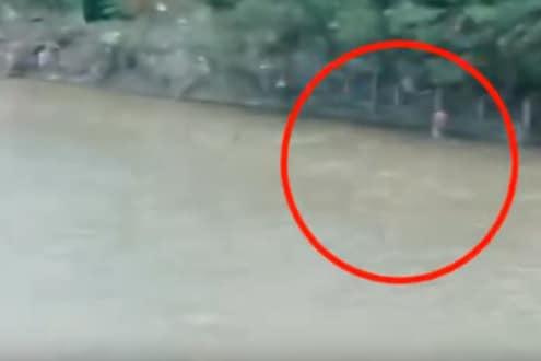 पुलावरून थेट बाईकसह नदीत बुडालं कुटुंब, नेमकं काय घडलं पाहा थरारक VIDEO