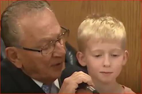 5 वर्षांच्या लेकानं जजच्या खुर्चीवर बसून आपल्याच बाबांना दिली शिक्षा, पाहा VIDEO