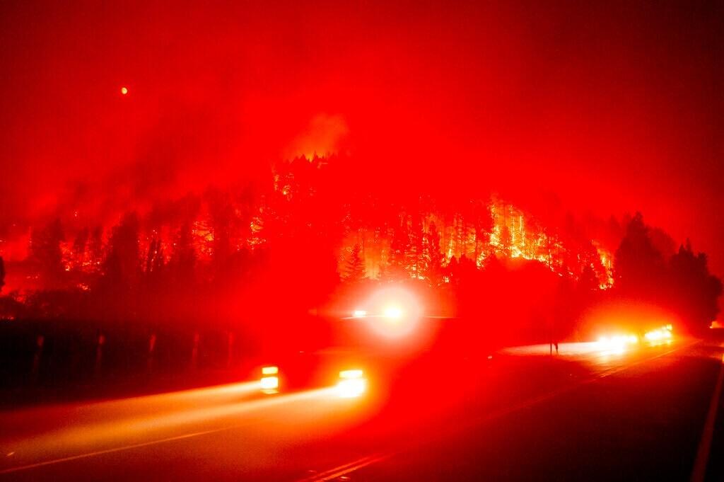 हवामान खात्याच्या म्हणण्यानुसार, समुद्र किनाऱ्यावरील भागात 70-80 किमी वेगाने वारे वाहतात. यामुळे आग वेगाने पसरत आहे. रविवारी नापा-सोनोमा काउंटी आग लागण्यास सुरुवात झाली. याआधी तीन वर्षांपूर्वी काउन्टीमध्येही अशीच आग पसरली होती ज्यात 22 जणांचा मृत्यू झाला होता.