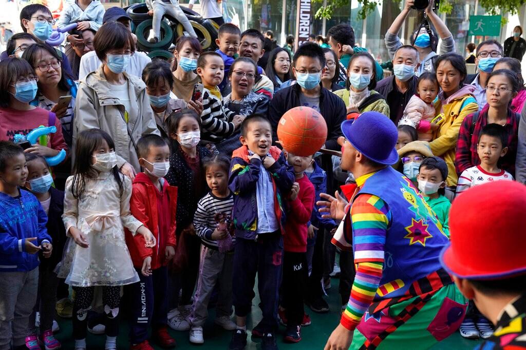 चीनच्या राष्ट्रीय सणाच्या दिवसाचे हे फोटो आहेत. 1 ते 8 ऑकटोबर हा आठवडा चीनचा राष्ट्रीय आठवडा म्हणून साजरा केला जातो. कोरोनाच्या या संकटात देखील नागरिक मोठया प्रमाणात रस्त्यावर आले आहेत. सर्व नियम देखील पायदळी तुडवले जात आहेत.