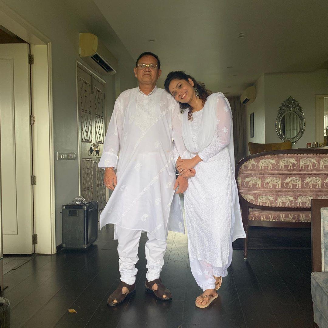 काही दिवसांपूर्वी अंकिताने रुग्णालयात उपचार घेणाऱ्या वडिलांसोबतचा एक फोटो शेअर केला होता. यामध्ये तिने वडील आजारी असल्याचे सांगितले होते.  (Photo Credit- @lokhandeankita/Instagram)