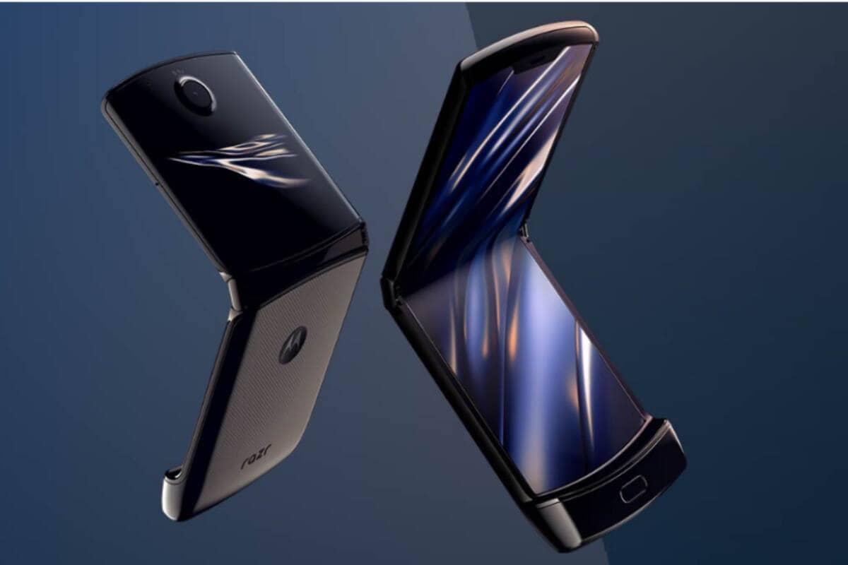 Motorola Razr: मोटोरोलाचा (Motorola) नवा फोल्डेबल स्मार्टफोन  Razr 5G भारतात लॉन्च झाला आहे. या फोनची किंमत 1,24,999 रुपये आहे. परंतु सेलदरम्यान हा फोन 84,999 रुपये म्हणजेच 40000 रुपयांच्या बंपर सूटमध्ये खरेदी केला जाऊ शकतो. या फोनमध्ये 6.2 इंची आणि बाहेरच्या बाजूला 2.7 इंची असे दोन डिस्प्ले आहेत.