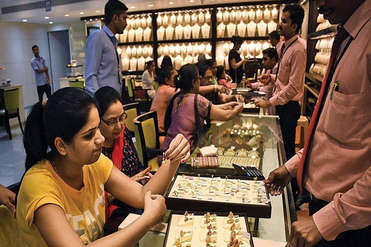 Gold Silver Prices : देशांतर्गत बाजारात सोन्याची किंमत रेकॉर्ड स्तरावरील 56200 रुपये या किंमतीवरून 50,584 रुपये प्रति तोळावर पोहोचली आहे. यानुसार एका महिन्यात सोन्याच्या दरात 5,616 रुपये प्रति तोळाची घसरण झाली आहे. त्याचप्रमाणे ऑगस्टमध्ये चांदीचे दर 80000 रुपये प्रति किलो होते. जे आज कमी होऊन 61,250 रुपये प्रति किलोवर पोहोचले आहेत. चांदीच्या किंमतीमध्ये अशाप्रकारे 18,118 रुपयांची घसरण झाली आहे.