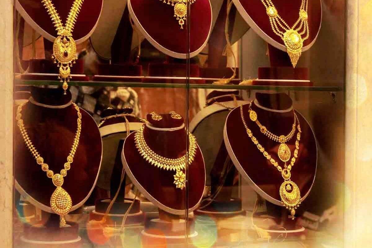सोन्याचे नवे दर- HDFC सिक्योरिटीजच्या मते दिल्लीतील सराफा बाजारात 99.9 टक्के शुद्धतेच्या सोन्याची किंमत मंगळवारी 268 रुपये प्रति तोळाने कमी झाल्या आहेत. यांनतर सोन्याचे दर 50,860 रुपये प्रति तोळा झाले आहेत. तर सोमवारी सोन्याच्या किंमतीचे ट्रेडिंग 51,128 रुपये प्रति तोळावर बंद झाले होते.