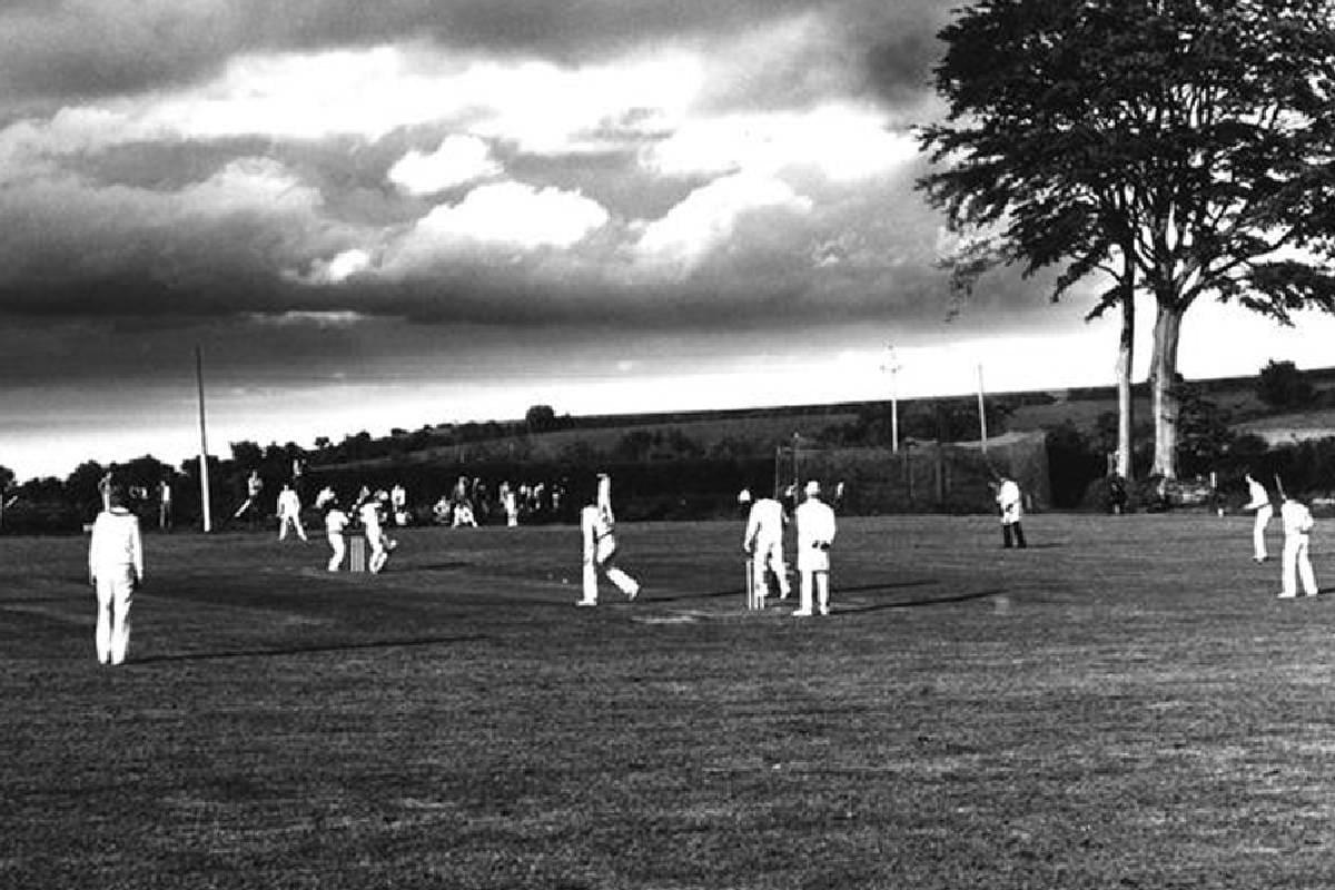 जगभरात लोकप्रिय असणाऱ्या क्रिकेटमध्ये जवळपास रोजच क्रिकेटचे नवे विक्रम घडत असतात आणि जुने रेकॉर्ड तुटत असतात, पण अजूनही असे काही विक्रम आहेत जे कित्येक शतकांनंतरही कायम राहिले आहेत.