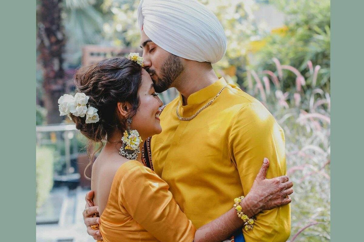 बॉलिवूडमधील प्रसिद्ध गायिका नेहा कक्कर (Neha Kakkar) सध्या चर्चेत आहे. काही दिवसांपूर्वी नेहाने रोहनप्रीत सिंह (Rohanpreet Singh) याच्याशी लग्न करत असल्याची घोषणा केली होती. नुकतेच असे समोर आले आहे की, 24 तारखेला नेहाचं लग्न होणार आहे. दरम्यान लग्नाआधीच्या विविध कार्यक्रमातील नेहा-रोहनचे फोटो व्हायरल होत आहेत. सध्या नेहाच्या हळदीचे फोटो समोर आले आहेत. (फोटो सौजन्य-@nehakakkar/Instagram)