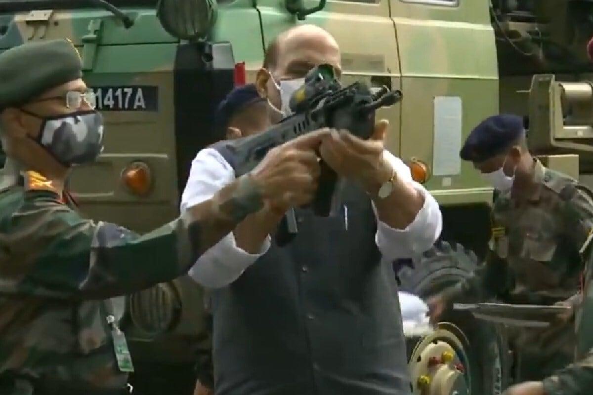 दसरा उत्सवाच्या निमित्ताने राजनाथ सिंह यांनी शस्त्रांची पूजा करत चीनला खुलं आव्हान दिलं. यावेळी राजनाथ सिंह हातात रायफेल घेऊन दिसून आले. (PIC- ANI)