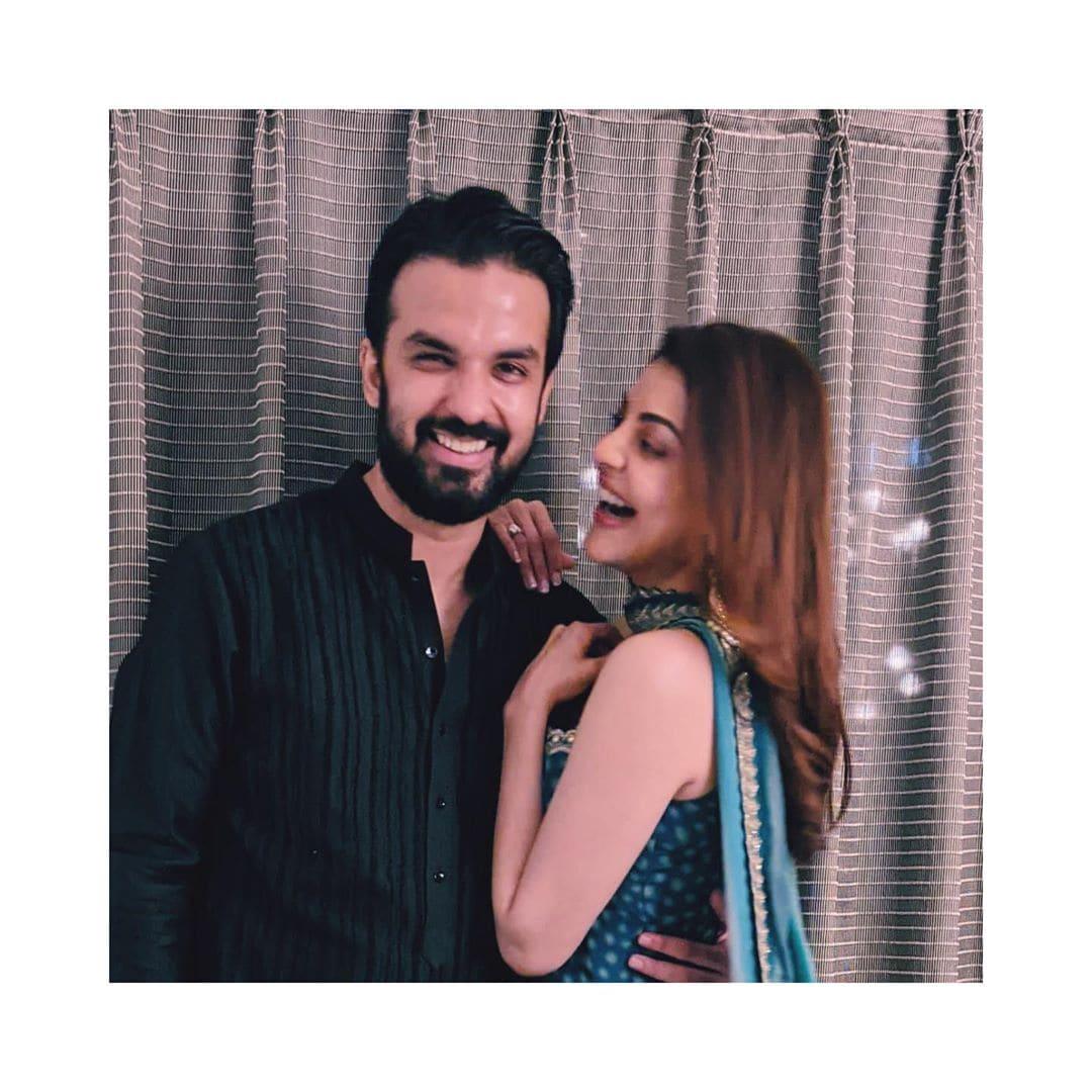 काजलचा नवरा गौतम किचलूचा इंटीरिअरचा व्यवसाय आहे. त्याच्याशी आपण लग्न करत असल्याची बातमी काजलनं आपल्या चाहत्यांना दसऱ्याच्या मुहूर्तावर दिली होती. (फोटो सौजन्य - Instagram)