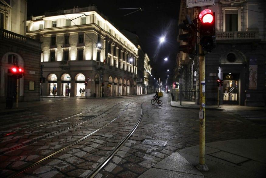 इटलीचे व्यवसाय केंद्र आणि श्रीमंत लॉमबार्डी प्रदेशाची राजधानी असलेल्या मिलानमध्ये कोरोना व्हायरस पुन्हा एकदा नियंत्रणाबाहेर जात असल्याने हा निर्णय घ्यावा लागला