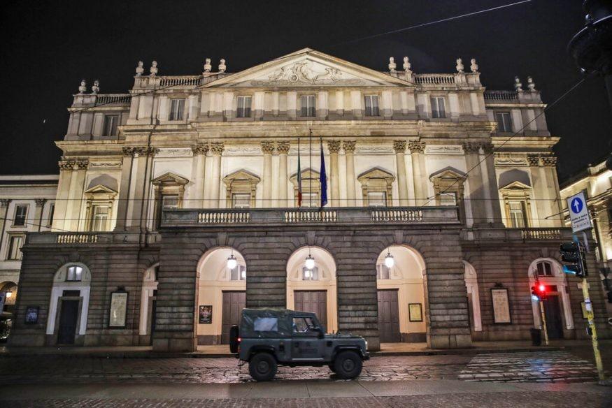 इटलीतील मिलानमधील ला स्काला ऑपेरा थिएटरच्या बाहेर एक लष्करी वाहन उभं आहे.