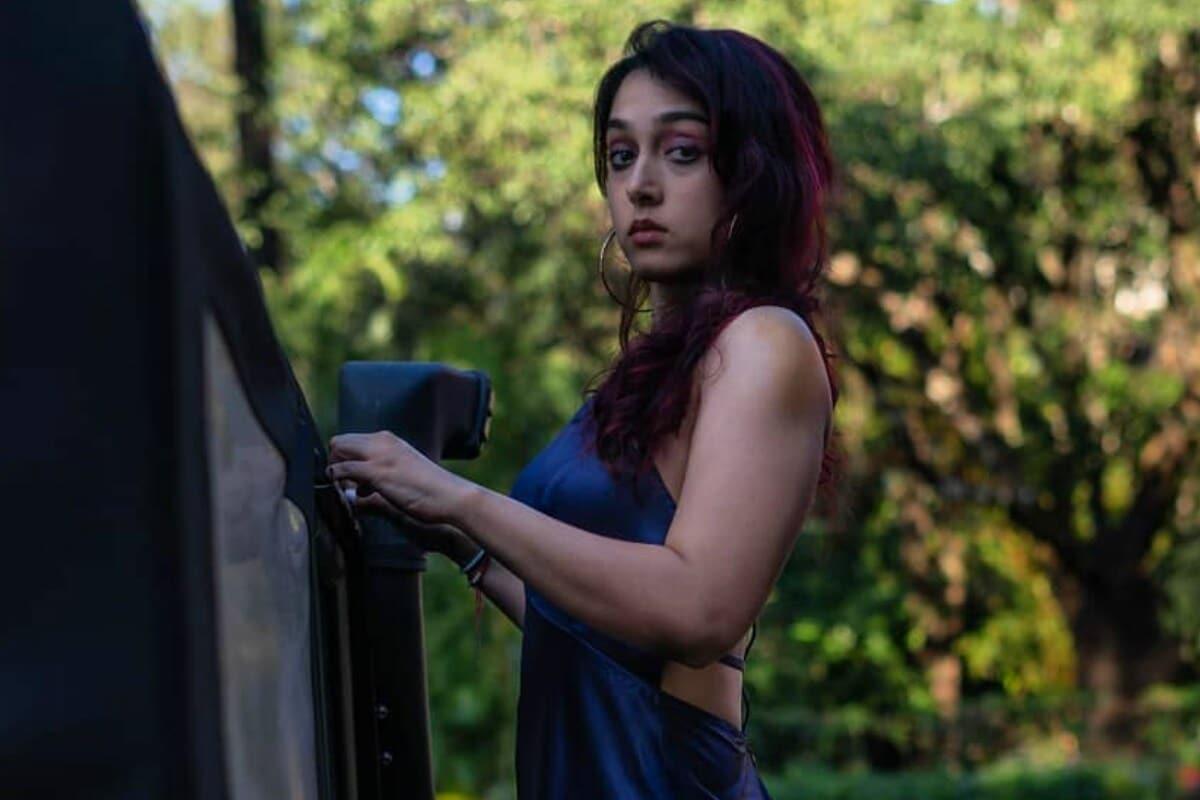 <strong>मुंबई.</strong> आमिर खानची (Aamir Khan) मुलगी (Daughter) इरा खान (Ira Khan) सोशल मीडियावर (Social Media) बरीच सक्रिय असते. गेल्या काही दिवसांपूर्वी डिप्रेशनबाबत केलेल्या वक्तव्यामुळे ती खूप चर्चेत होती. या मुद्द्यावर मोकळेपणाने बोलल्याबद्दल तिचं खूप कौतुक केलं जात आहे. आता इराने काही फोटो शेअर केले आहेत. हे फोटो हेलोवीनच्या (Halloween) निमित्ताने शेअर केले आहेत. ज्यात तिने खूप भीतीदायक मेकअप केला आहे. इराने सांगितले की मित्र-मैत्रिणींना घाबरवण्याची इच्छा होती, मात्र कोरोनामुळे हा प्लान रद्द झाला आहे. (Photo Credit- @khan.ira/Instagram)