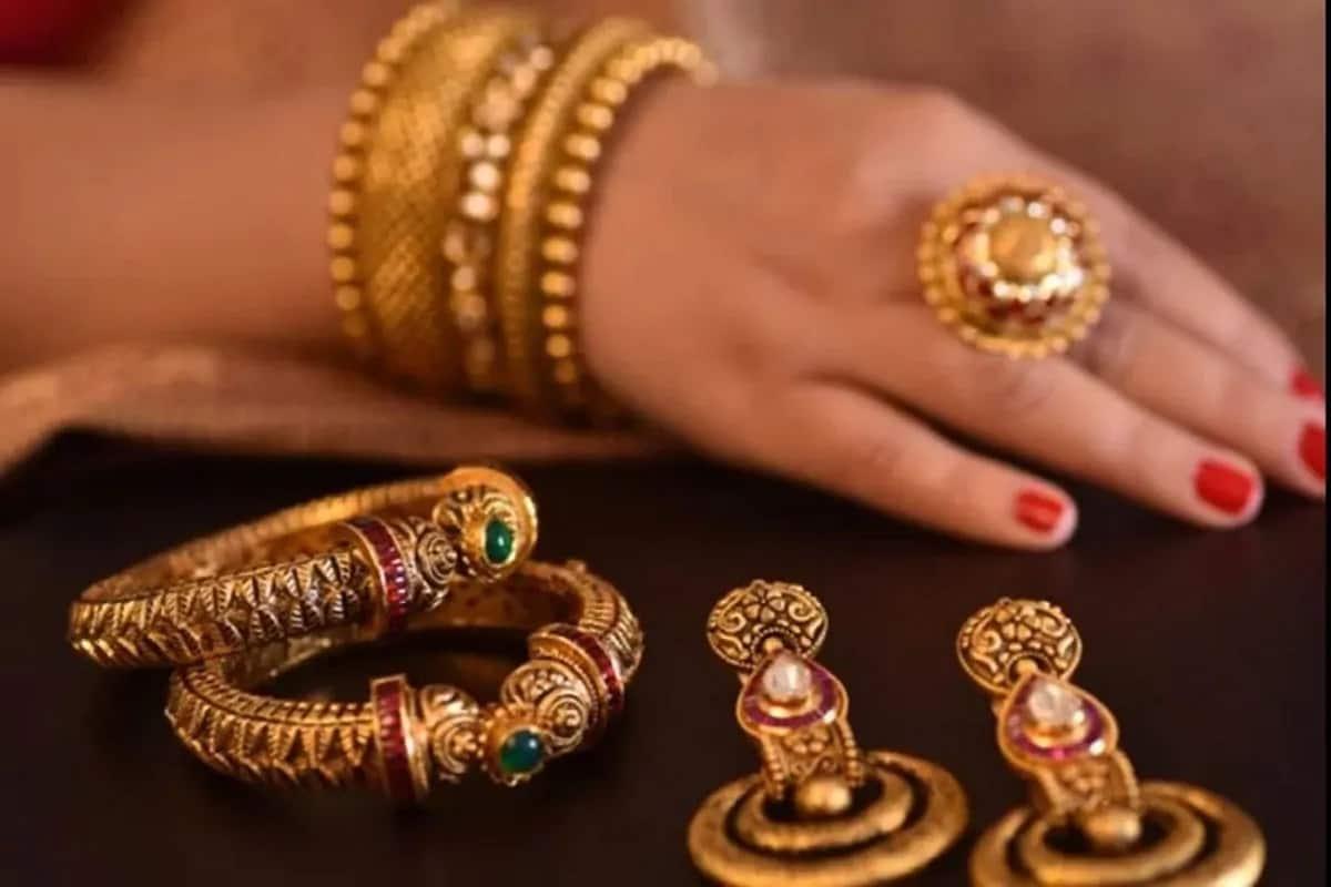 8. Sovereign Gold Bond ची विक्री बँक, स्टॉक होल्डिंग कॉर्पोरेशन ऑफ इंडिया लिमिटेड, निवडण्यात आलेले पोस्ट आणि एनएसई तसच बीएसईच्या माध्यमातून होते. यातील कोणत्याही ठिकाणी जाऊन तुम्ही बाँड योजनेमध्ये सामील होऊ शकता.
