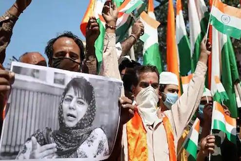 महबूबा यांच्या 'त्या' वक्तव्यानंतर BJP आक्रमक, PDP कार्यालयावर फडकावला तिरंगा