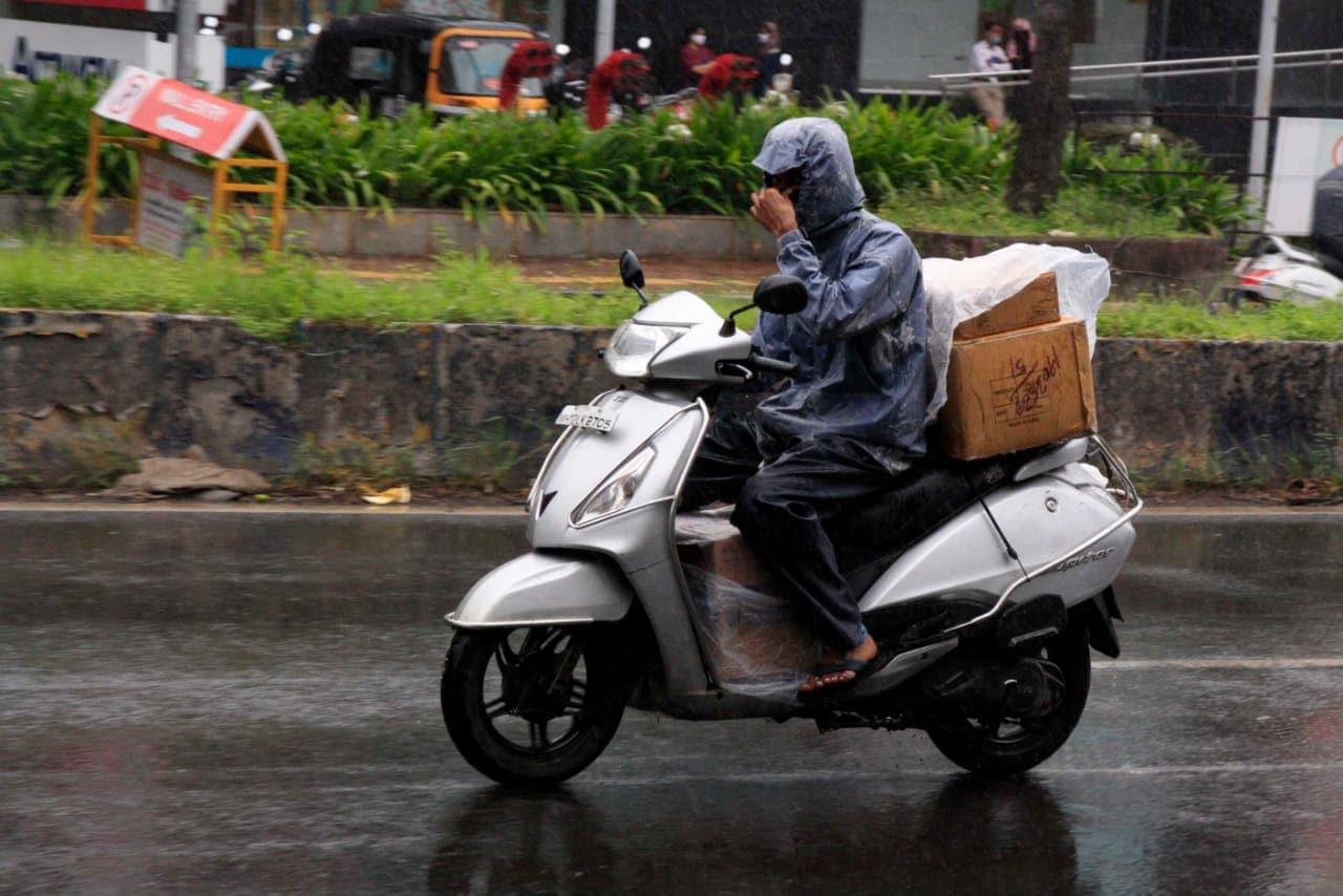 गेले काही दिवस उकाड्यात वाढ झाल्यानंतर अचानक दुपारी मळभ दाटून आलं आणि मेघगर्जनेसह पाऊस सुरू झाला.